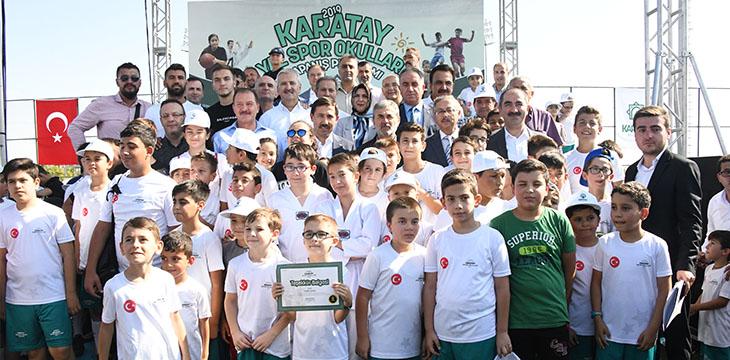 Teknik Direktörümüz Aykut Kocaman ve futbolcularımız minik sporcularla buluştu